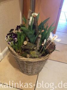 Frühlingskorb mit Blumen für den Flur
