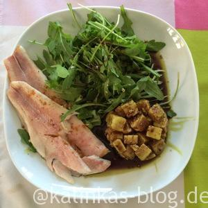 Forelle mit Feta und Salat mit Kürbiskernöl-Dressing
